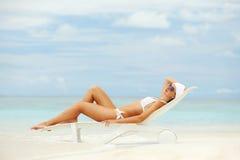 Den lyckliga kvinnan vilar på stranden Royaltyfri Bild