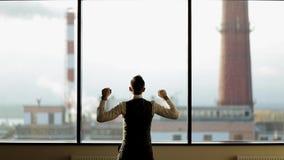 Lyckligt dansa för affärsman som är gladlynt i det moderna kontoret som firar affärsframgång arkivfilmer