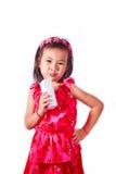 Lyckligt dricka för ungeflicka mjölkar eller yoghurten Arkivbild