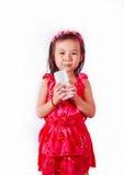 Lyckligt dricka för ungeflicka mjölkar eller yoghurten Royaltyfria Bilder