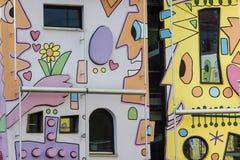 Lyckligt färgrikt modernt hus Arkivbilder