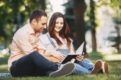 Lyckligt föräldraskap, par som förväntar en behandla som ett barn arkivfoton