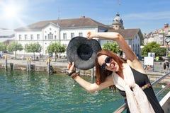 lyckligt för bakgrund som isoleras över turist- vit kvinna Fotografering för Bildbyråer