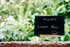 Lyckligt för hälsningkort för arbets- dag begrepp, kritabräde med textSLUMPEN Arkivbilder