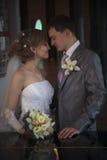 lyckligt för par som nytt att gifta sig Arkivbilder