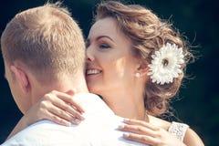 lyckligt för par som nytt att gifta sig Arkivfoto
