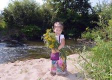 Lyckligt för roliga för sommar n för barn behandla som ett barn förtjusande för gräsplan för landskap barn för barndom wat för li Royaltyfri Fotografi
