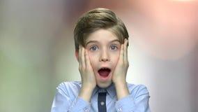 Lyckligt förvånat pojkeslut upp arkivfilmer
