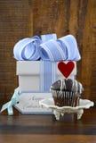 Lyckligt faderbegrepp med den blåa och vita gåvan och muffin arkivfoton
