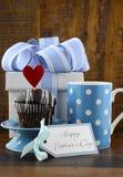 Lyckligt faderbegrepp med den blåa och vita gåvan och muffin arkivfoto