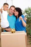 Lyckligt familiy efter flyttning royaltyfri foto