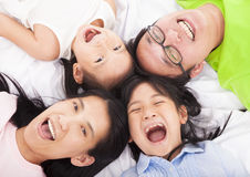 Lyckligt   familj på golvet royaltyfria bilder