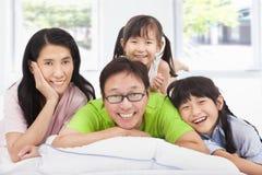 Lyckligt   familj på sängen royaltyfria foton