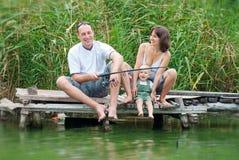 Lyckligt familjfiske Arkivbilder
