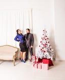 Lyckligt familjfolk nära julgranen Royaltyfria Foton