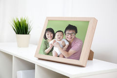 Lyckligt familjfoto arkivbilder
