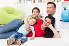 lyckligt familjgolv tillsammans Arkivbild