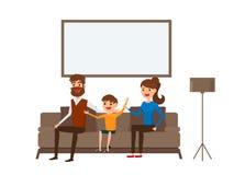 Lyckligt familjsammanträde på soffan i vardagsrum Fader, moder och barn Sänka designstil Arkivbilder