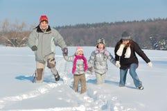 Lyckligt familjvintergyckel utomhus Arkivfoto