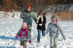 Lyckligt familjvintergyckel utomhus Royaltyfri Foto