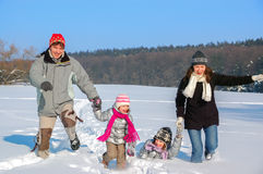 Lyckligt familjvintergyckel utomhus Royaltyfria Foton
