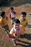 Lyckligt fattigt barn i den tropiska asia byn Royaltyfria Foton