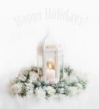 Lyckligt feriekort med lyktan för vit jul med stearinljuset och Arkivfoto
