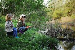 Lyckligt fiska för pojkar Arkivfoton