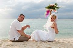 lyckligt folk för bröllopsresa arkivfoto