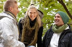 Lyckligt folk, i att skratta för park Fotografering för Bildbyråer
