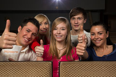 Lyckligt folk i filmtheatre Arkivbild