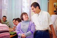 Lyckligt folk med handikapp i rehabiliteringmitt royaltyfri foto