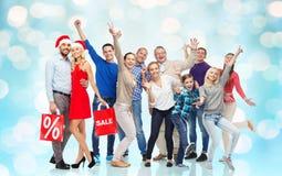 Lyckligt folk med shoppingpåsar som har gyckel Fotografering för Bildbyråer