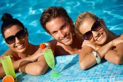 Lyckligt folk på ferie royaltyfria foton