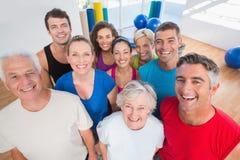 Lyckligt folk på idrottshallen fotografering för bildbyråer