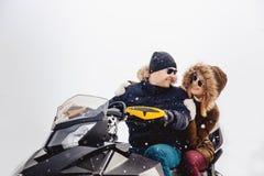 Lyckligt folk på röret utomhus i berg i vintersnö royaltyfri fotografi