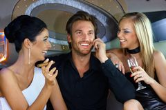 Lyckligt folk som har gyckel i lyxig bil Royaltyfri Fotografi
