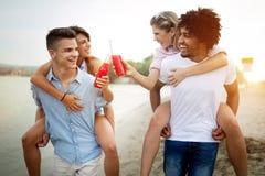 Lyckligt folk som har gyckel i sommarferier V?nner, semester, sommarlivsstil och ungdombegrepp arkivfoton
