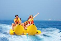 Lyckligt folk som har gyckel på bananfartyget Royaltyfri Bild