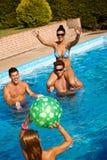 Lyckligt folk som spelar i simbassäng Royaltyfria Bilder
