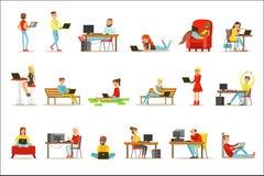 Lyckligt folk som spenderar deras Tid genom att använda datoruppsättningen av vektorillustrationer med män och kvinnor som använd vektor illustrationer