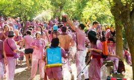 Lyckligt folk under Batalla del vino Fotografering för Bildbyråer
