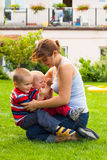 Lyckligt fostra att leka med barn Arkivfoto
