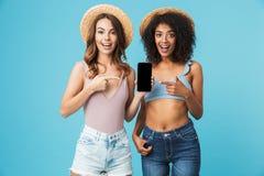 Lyckligt foto av caucasian- och afrikansk amerikankvinnor som in skriker royaltyfri fotografi