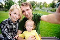 Lyckligt foto för familjdanandeselfie tillsammans arkivfoto