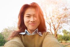 Lyckligt foto för kvinnatagandeselfie fotografering för bildbyråer