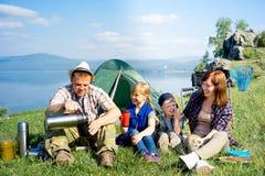 lyckligt fotvandra för familj arkivbilder