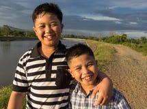 Lyckligt fotvandra för sibling som är utomhus- royaltyfri foto