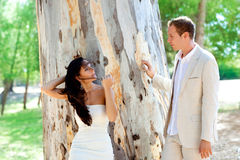 Lyckligt förälskat för par på den utomhus- treen för park Royaltyfri Foto