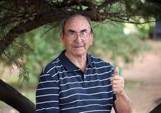 Lyckligt gammalt tycka om för farfar att vinka för liv som är högt, med stort leende, stora exponeringsglas och säker abuelo arkivfoton